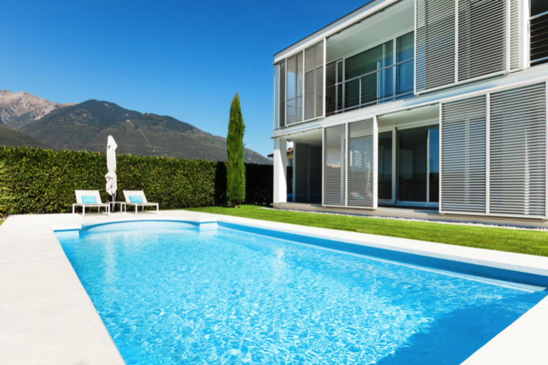 Beautiful glistening pool with mountain backdrop e1429395201383 - Amazing Luxurious Glistening Swimming Pools