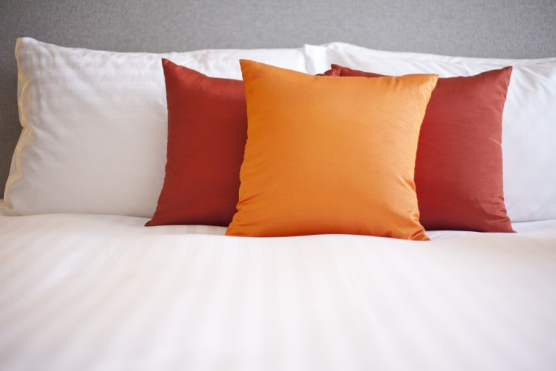 Small Decorative Bed Pillows : King and Queen Bed Decorative Pillow Arrangements