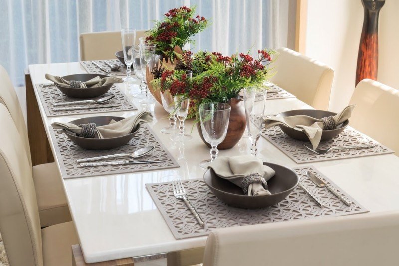 Six piece dining table setting with cream colored comfortable chairs and matching napkins and tablemats & 27 Modern Dining Table Setting Ideas