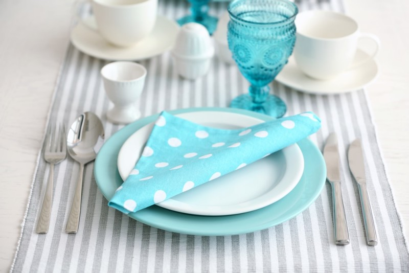 Beautiful holiday table setting in white and blue color min e1437891167609 - Blue and White Interiors