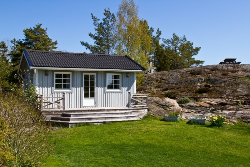 Cute Swedish summerhouse with small porch, front door and matching windows