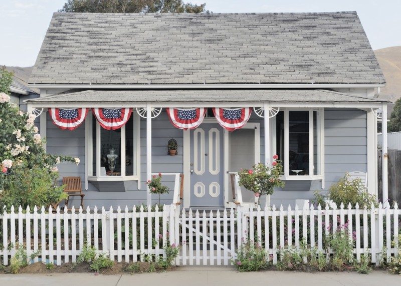 Picket fence homes and picket fence designs for Colonial fence designs