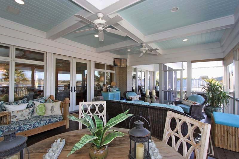 outdoor entertaining in this beachy decor - Beachy Decor