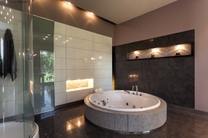 Relaxing Bathroom Design In The Form Of A Round Bath Tub
