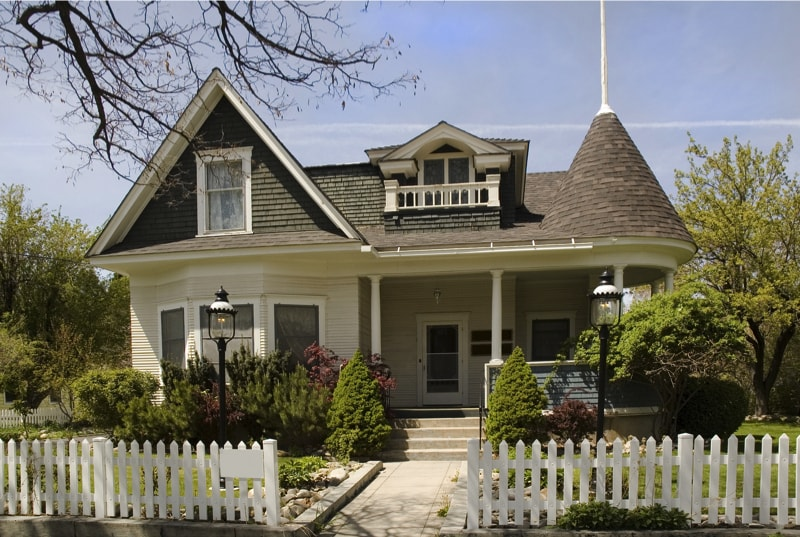 Small Victorian home in Carson City Nevada with simple entrance steps