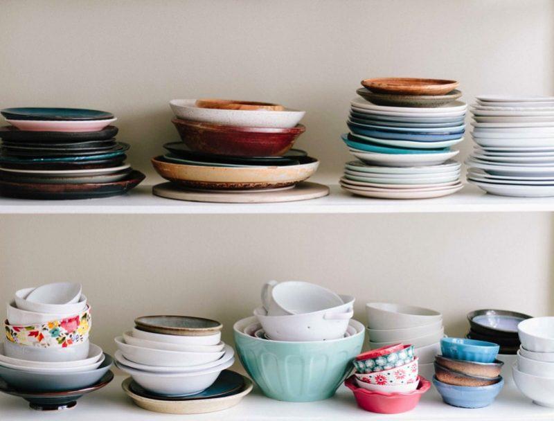 Plates on a kitchen shelf
