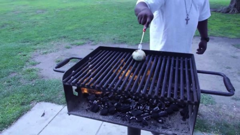 clean grill onion 800 min - 23 DIY Ideas To Clean Up Your Home